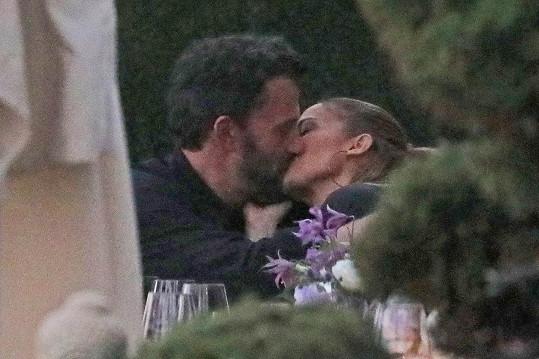 Jennifer a Ben se jeden druhého nemohou nabažit.