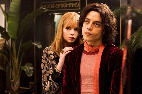 Rami Malek a Lucy Boynton ve filmu Bohemian Rhapsody