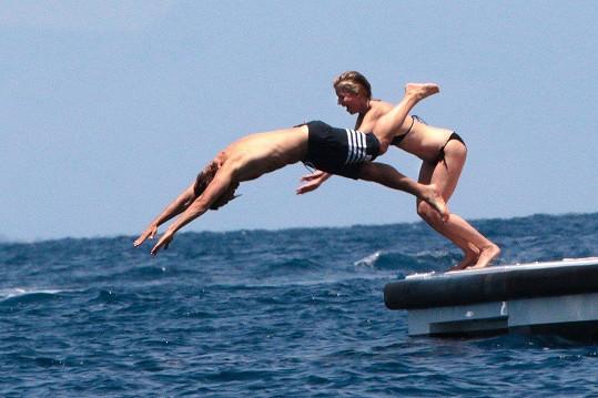 Pár si užíval dovolenou u ostrova Capri.