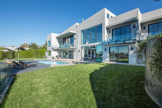 Za nemovitost v moderním stylu zaplatili manželé na naše 400 miliónů.