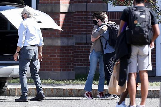 Calista se se synem ještě objímala na rozloučenou.