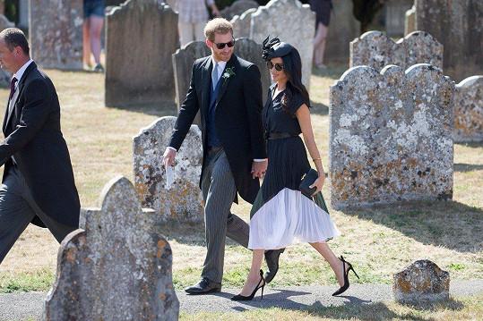 Na svatbu oblékla tmavě modré šaty, elegantní fascinátor a jehlové lodičky s volnou patou.