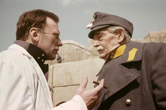 Jean Louis Trintignant a Rolf Wanka v komprodukčním filmu Tatarská poušť (1976).