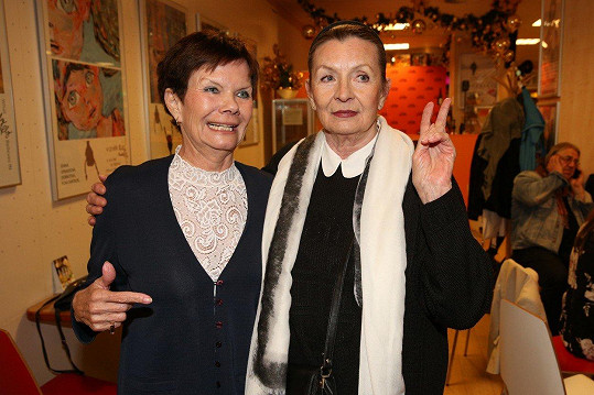 Sestry spolu ochotně zapózovaly.