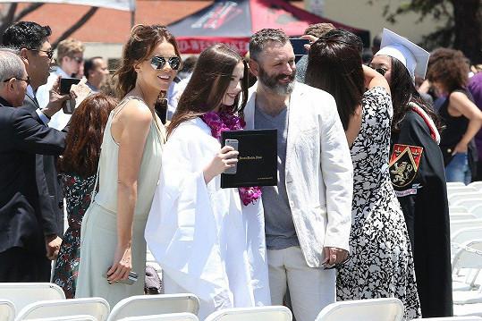Otcem Lily je herec Michael Sheen.