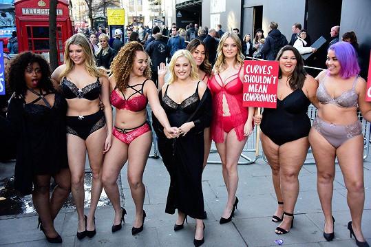 Hayley Hasselhoff (blondýna uprostřed) bojuje za práva plnoštíhlých modelek.