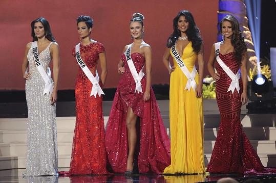 Finálová pětice nejkrásnějších dívek vesmíru. Vítězkou se nakonec stala Kolumbijka Paulina Vega (vlevo).