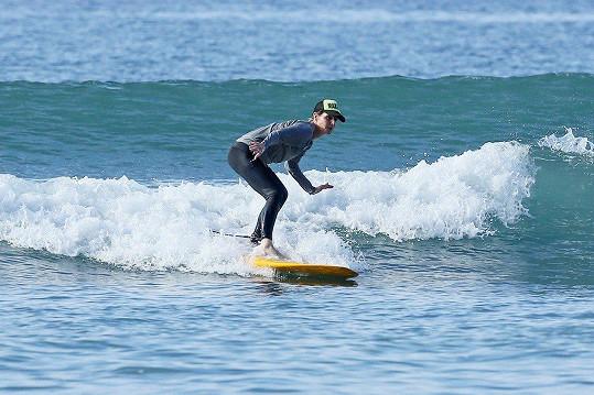 Miluje surfování.