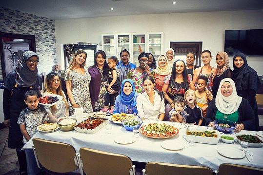 Meghan Markle pózovala se ženami v komunitní kuchyni.