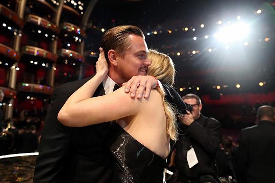 Leo a Kate spolu mají blízký vztah.