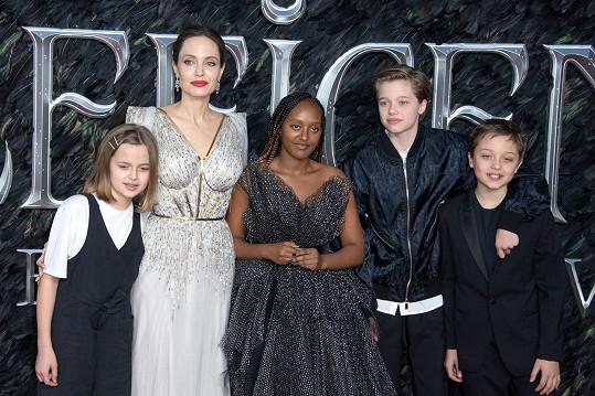 Jolie s dcerami (zleva) Vivienne, Zaharou a Shiloh a synem Knoxem na londýnské premiéře filmu Zloba: Královna všeho zlého