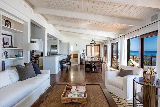 Pohled z obývacího pokoje do kuchyně a jídelny
