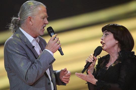 Patrick Duffy si zazpíval s Mireille Mathieu.