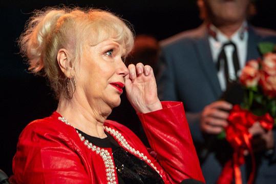 Při děkovné řeči se jí kutálely slzy po tváři.