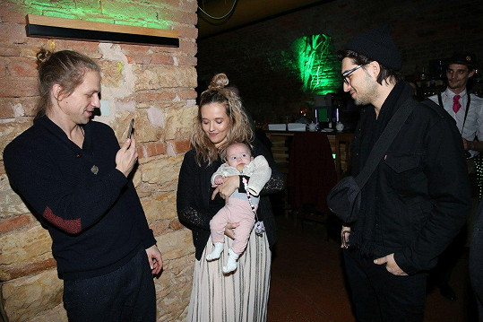 Nad malou Jenovéfou, kterou maminka Tamara vzala na předpremiéru klipu, se rozněžnil i režisér klipu Jordan Haj.