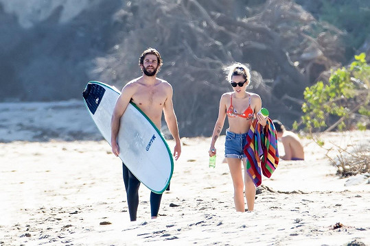 Zamilovaný páreček na kalifornské pláži