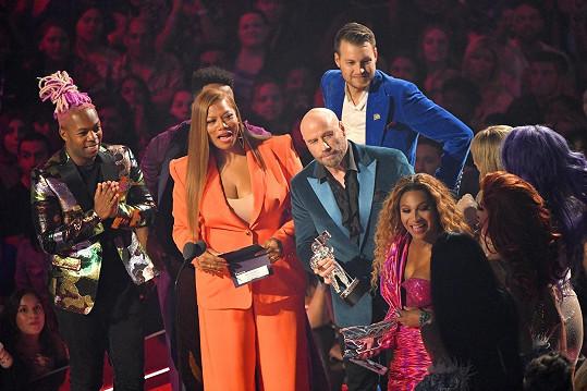 Na pódiu byly trochu zmatky... Travolta cenu za nejlepší klip předával špatné zpěvačce.