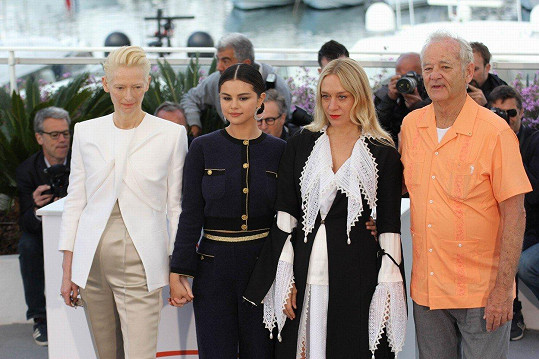 V novém snímku se Selena objevila vedle takových hvězd, jakými jsou Tilda Swinton (vlevo), Chloë Sevigny a Bill Murray.