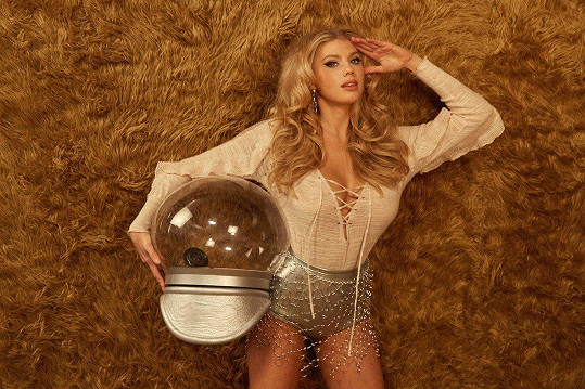 Kampaň je inspirována sci-fi filmem Barbarella.