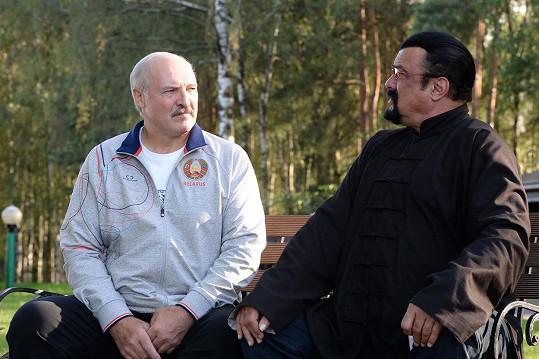 Steven Seagal na návštěvě u běloruského prezidenta Alexandra Lukašenka.
