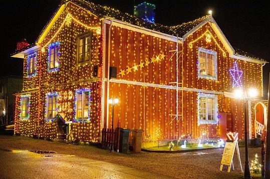 Dům ve švédském Hamrange je vyzdobený 58 tisíci žárovkami.