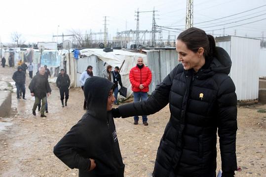 Jolie si povídala se Syřany, kteří pobývají v uprchlickém táboře v Libanonu.