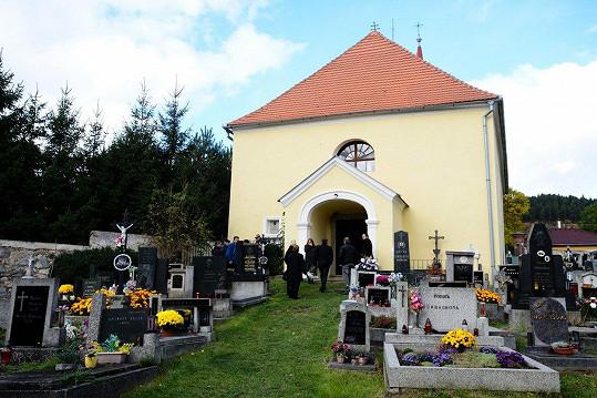 Pohřeb Růženy Troškové probíhal v hoštickém kostelíku a na místním hřbitově.