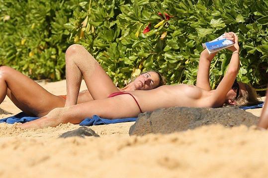 Mít na sobě na pláži horní díl plavek vnímá jako nutné zlo.