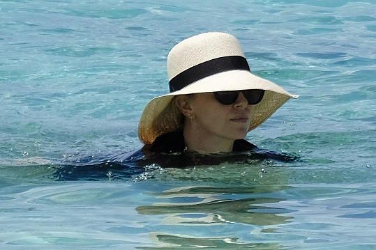 Charlize Theron po opálení netouží.