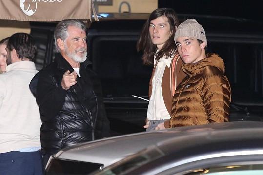 Pierce Brosnan se syny Dylanem a Paridem (vpravo) vyrazil na večírek ambasadorů do losangeleského klubu.
