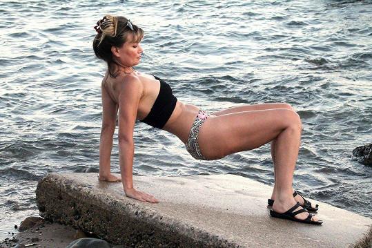 Rena Riffel se protahovala na pláži.
