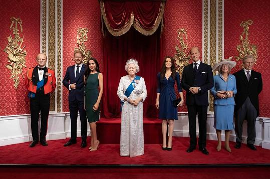 Přesun figurín reflektuje odstoupení Harryho a Meghan z pozic seniorních členů britské královské rodiny.