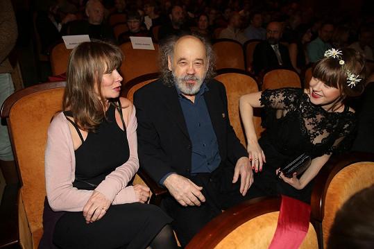 Na premiéře nechyběli rodinní příslušníci představitelů filmu - zde Jenovéfa s rodiči Johnem a Jitkou Bokovými.