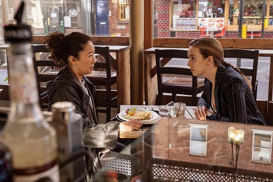 Comer (vpravo) s rovněž nominovanou Sandrou Oh v seriálu Na mušce (Killing Eve).