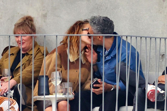 Rita Ora randí s hollywoodským režisérem Taikou Waititim.