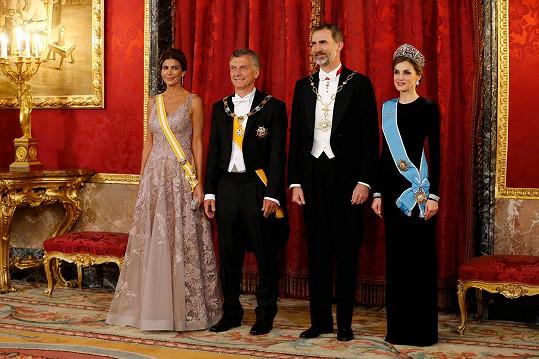 Španělský královský pár (vpravo) přivítal v paláci argentinský prezidentský pár.