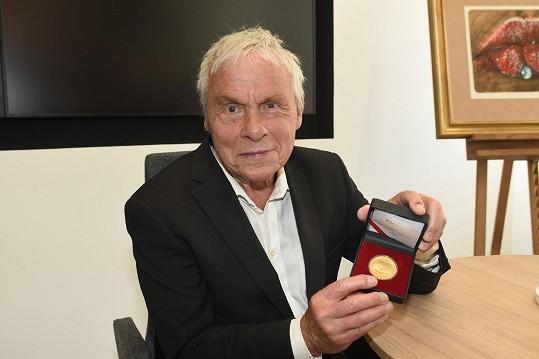 Jan Saudek se při autogramiádě v České mincovně setkal s fanoušky a pokřtil pamětní medaile.