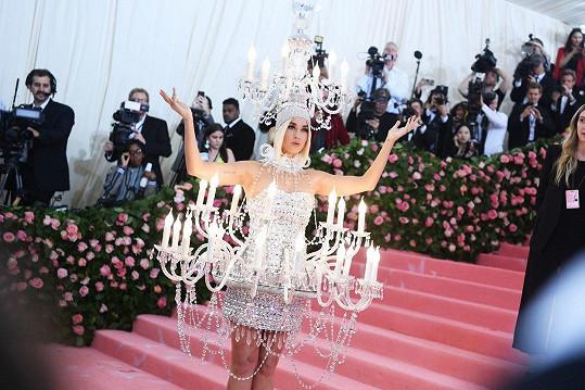 Katy Perry přišla na Met Gala jako lustr.