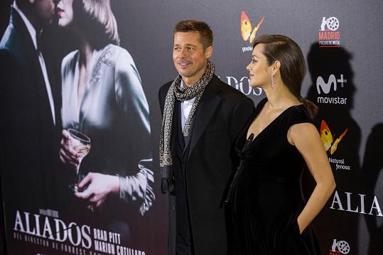 Pitt nyní objíždí s hereckou kolegyní Marion Cotillard premiéry jejich dramatu Spojenci.