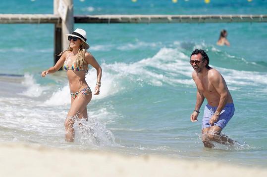 Na pláži dovádí s manželem Niclasem Castellem.