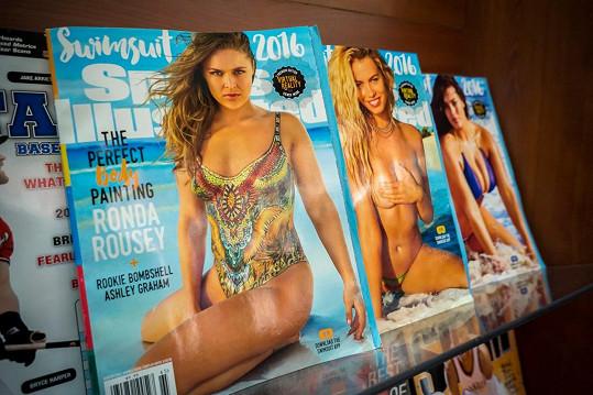 Letošní plavkové vydání Sports Illustrated se objevilo na stáncích rovnou ve třech variantách. Hailey najdete uprostřed.