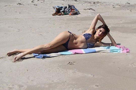 Blanca miluje povalování na pláži.