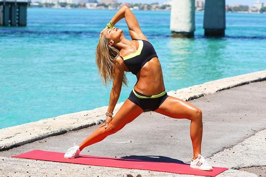 Jennifer Nicole Lee cvičila na veřejnosti.
