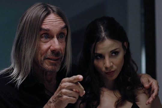 Kacey ve filmu hraje manželku Iggyho Popa...