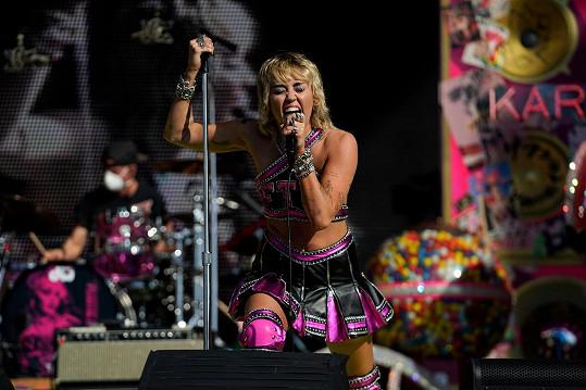 Miley Cyrus zazpívala na letošním Super Bowlu.