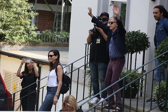 Paul McCartney uspořádal koncert pro přátele. Zatímco zdravil fanoušky, jeho žena Nancy (v bílém tričku) proklouzla.