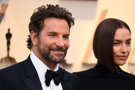 Vztah s Bradleym Cooperem prý ztroskotal kvůli hercově vytíženosti.
