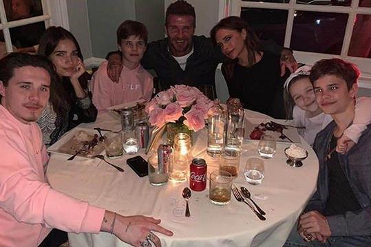 V této sestavě trávila Victoria Beckham svůj narozeninový večer. Zleva Syn Brooklyn, jeho přítelkyně Hana Cross, syn Cruz, manžel David, Victoria, dcera Harper a syn Romeo.