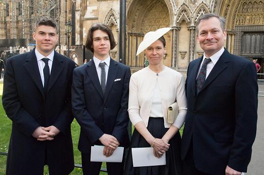 Zleva: Arthur s bratrem Samuelem a rodiči Lady Sarah a Danielem Chattem