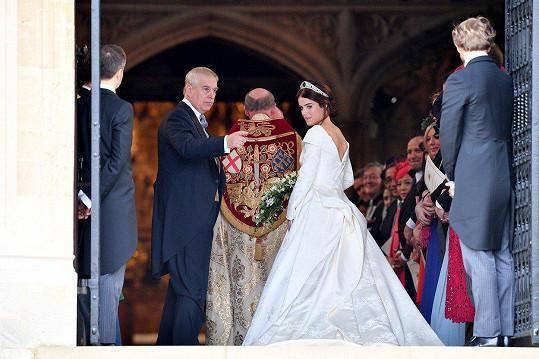 K oltáři ji doprovodil otec Andrew.